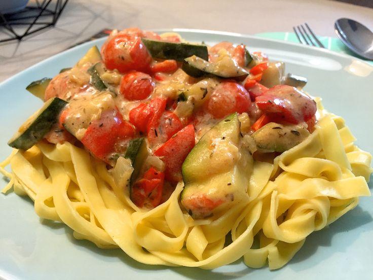 Nieuw recept: Tagliatelle met mediterraanse groenten:  Tagliatelle is een pastasoort dat veel mensen klaarmaken omdat deze net iets dikker is dan spaghetti en dus meer smaak bevat. Daarom is het ook eens lekker om groene, rode of zwarte tagliatelle te gebruiken, dit geeft je pasta een extra dimensie. We werken de pasta af met lekkere groenten en roomsaus, bovendien maken we maar gebruik van zes hoofdingrediënten.  http://wessalicious.com/tagliatelle-met-mediterraanse-groente
