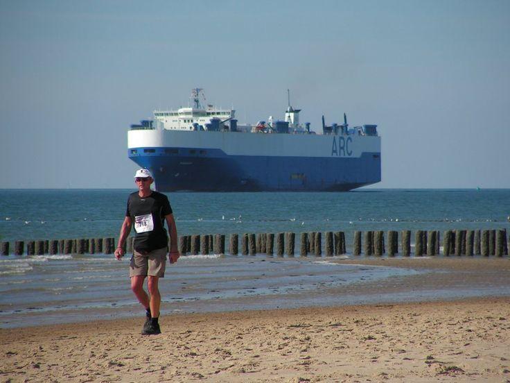 Kustmarathon 2013, wandelaars. Wandelend langs de Noordzee kom je diverse prachtige boten tegen | Zeeland op foto