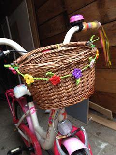 Ik heb overal in huis al gehaakte vlaggenlijntjes hangen.. en dan ga je zoeken naar plekken waar ze nog missen.. aan de fietsmanden bijvoor...