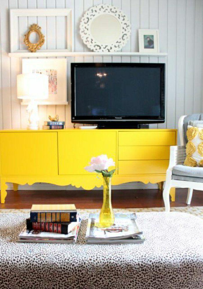 console en bois jaune pour tv, mur de planchers gris, décoration murale, mur gris