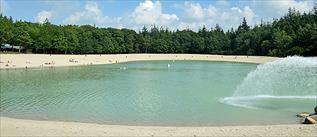 Hier kun je genieten van een waterplas, omgeven door bos, met tropisch gekleurd water en een wit strand met restaurant. Locatie: Gasselte. Foto: Daniëlle Noord.