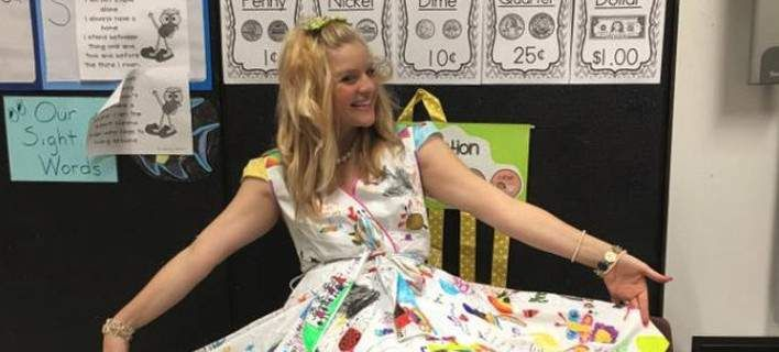 Απίστευτη δασκάλα: Αφησε τους μαθητές να ζωγραφίσουν το φόρεμά της και να το κάνουν καμβά [εικόνες]