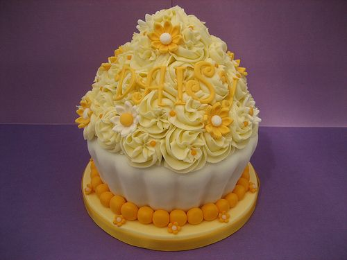 Risultato della ricerca immagini di Google per http://www.thecupcakeblog.com/wp-content/uploads/2011/01/Giant-Daisy-Cupcake-Cake.jpg