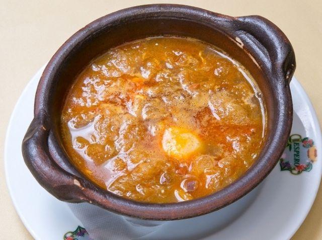 ニンニクのスープ カスティージャ風 - 葉山 馨一シェフのレシピ。スペインでは、日本の味噌汁のような感覚で日常的に食べられているスープです。 水を使うことがポイント。生ハムとチョリソーからコクと旨味がでるので、ブイヨンなどの出汁は必要ありません。 ニンニクとパンは、オリーブオイルでじっくりと炒め揚げしてください。