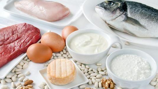 Dukan Diät: Tüchtig essen und trotzdem abnehmen – das verspricht die Dukan-Diät aus Frankreich. Was nach Genuss klingt, ist eine knallharte Eiweißdiät. Der Dukan-Diät-Plan teilt sich in vier Phasen. Er ist sehr streng, die Lebensmittel kalorienreduziert. Gegessen werden fast ausschließlich Proteine, Kohlenhydrate und Fett gibt es kaum.