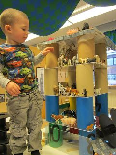 Construction play using loose parts and small play animals at Bäckens teknikresa ≈≈