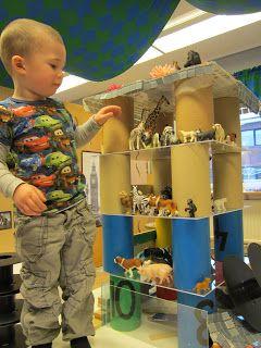 Construction play using loose parts and small play animals at Bäckens teknikresa ≈≈