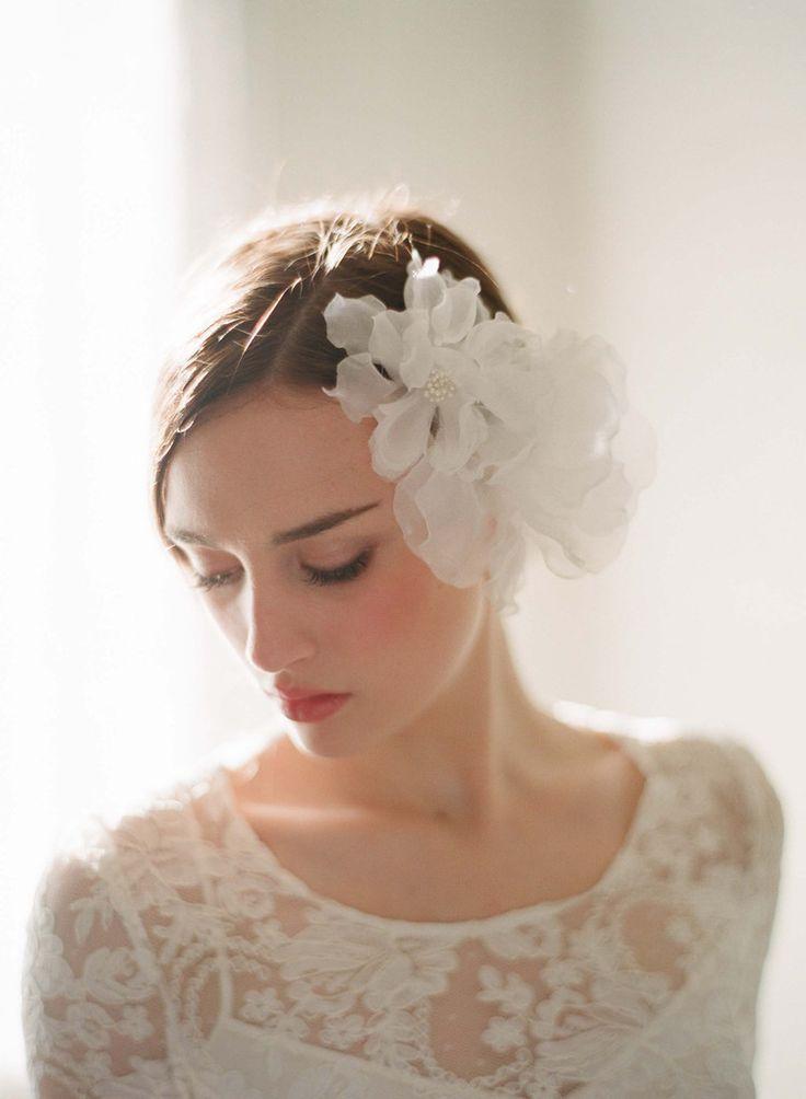 お花のヘッドドレスがふんわり清楚な印象♡ ショートヘアで作るウェディングドレスに合う髪型一覧。ウェディングドレス・カラードレス・花嫁衣装の髪型まとめ。