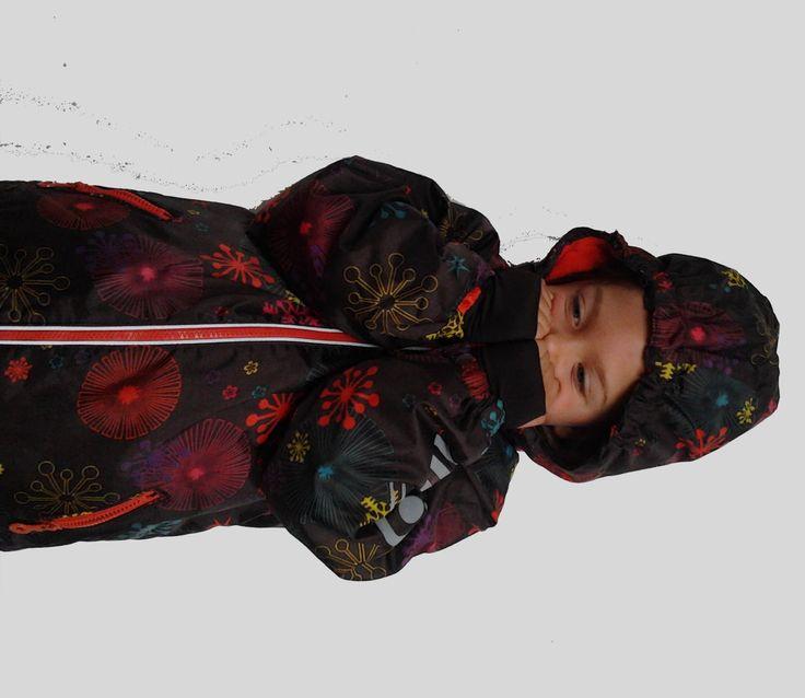 Mooi, warme winterjas van Minymo. 100% waterdicht, met fleece gevoerd en met afneembare kap. In de mouw zitten vingerloze handschoentjes verwerkt.
