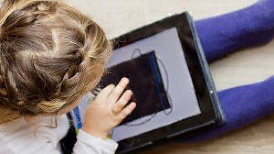 Sondaggio del Centro per la Salute del Bambino Onlus sul rapporto fra infanzia e tecnologie digitali. Smartphone e tablet battono ormai la vecchia tv e spesso