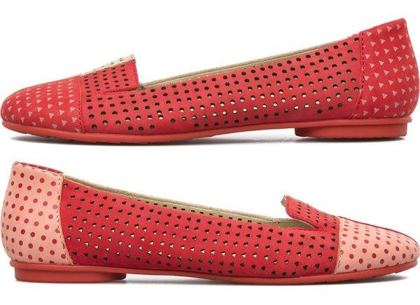 A Camper desafiou toda a lógica ao inventar os pares de sapatos desiguais: chamam-se Twins e são concebidos separadamente para que juntos sejam únicos. Como os casais perfeitos, complementam-se mutuamente. Como as almas gémeas, são inseparáveis. Como os pés, não podem viver um sem o outro.