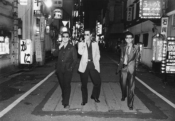 こちらは写真家、渡辺克巳(1941-2006)の写真集「Gangs of Kabukicho」です。 1960〜70年代に歌舞伎町界隈で3枚1組200円で売る「流しの写真屋」をやっていた頃のモノクロームの写真群です。歌舞伎町に入れ墨したヤクザや艶かしい風俗嬢、トルコ風呂(ソープランド)で働く女性、ギラギラした暴走族、ゲイボーイ、オカマ、ホステス、カップル、若者などをさまざま人々を捉えています。 当時のファッションや歌舞伎町の風景、人々の眼差しやポーズから時代の流れ、勢いみないな雰囲気を感じ取ることができますね。 これらの写真がおさめられている写真集「Gangs of Kabukicho」はニューヨークのアンドリュー・ロス・ギャラリーで写真展「KATSUMI WATANABE」開催に合わせて刊行されました。 ぜひ、手に取ってみたいと思える写真ですね。 写真家、渡辺克巳に関する情報をお知らせするサイトがありますので展覧会情報などはこちらからチェックしてみて下さい。 2015年9月5日に投稿された記事を再編集しています。