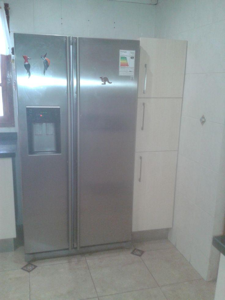 Despensa alta costado refrigerador dividida en 3 , abajo cestas extraibles