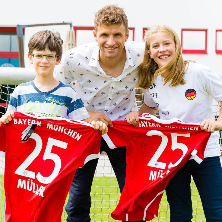 "12.9 ezer kedvelés, 41 hozzászólás – Thomas Müller (@esmuellert) Instagram-hozzászólása: ""Let's start this week with a smile 😀 #esmuellert #kinderspiegel #fcbayern"""