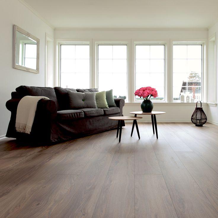 Er du til smukke trægulve, men vil du også gerne spare dig selv for alt sliddet med at holde det pænt? BerryAllocs Grand Avenue ´Ku´Damm´ er et smukt gulv i en varm tone med en troværdig træstruktur, der giver dig et gulv, der er superlet at vedligholde, men som også har de smukke kvaliteter fra et ægte trægulv.