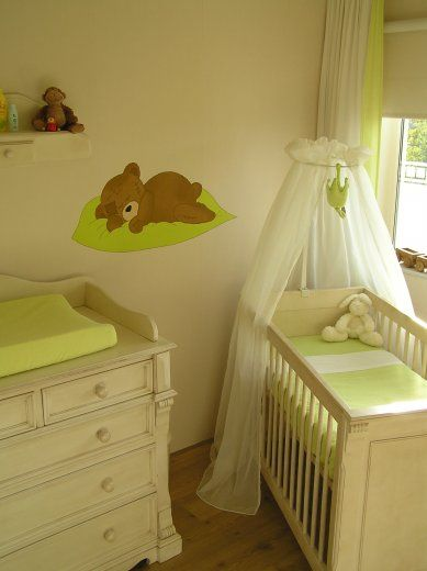 Neutrale babykamer met beren muurschildering