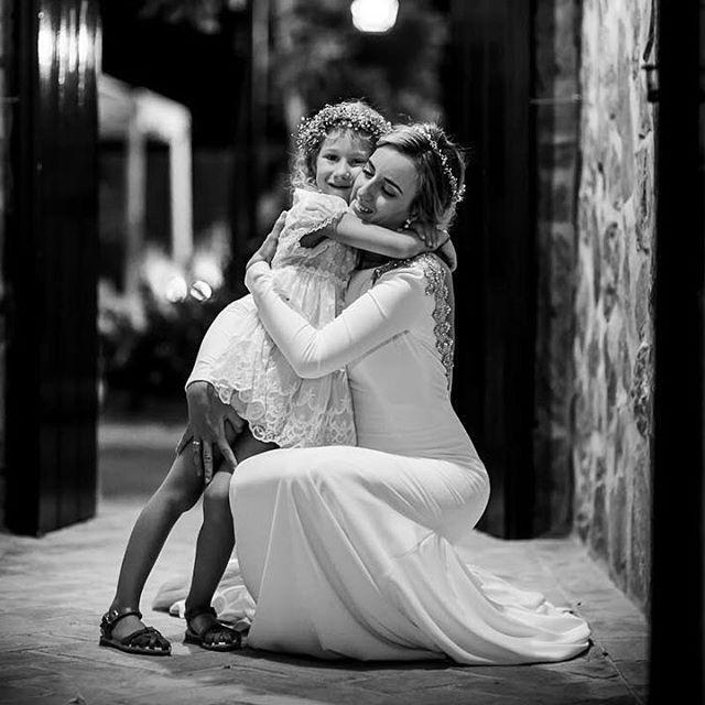 Estoy enamorada de esta foto.. sobre todo porque no fue posando.. cuando los astros se unen ocurren cosas así! ⠀ ⠀ #detallesdeboda #princesa #boda #bodas2016 #sevilla #soniaperales #soniaperalesfotografia #destinationwedding @instagram @livefolk #cadiz #bilbao #madrid #headdress #weddingstyle #folkwedding #ukwedding #malaga #pinterest