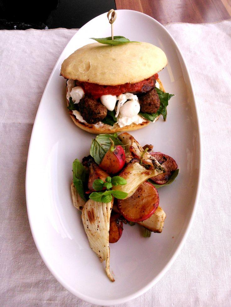Ciabatta burger húsgolyókkal és mozzarellával, édeskömény-reteksalátával - Ciabatta burger with meatballs, marinara sauce, mozzarella, grilled salad