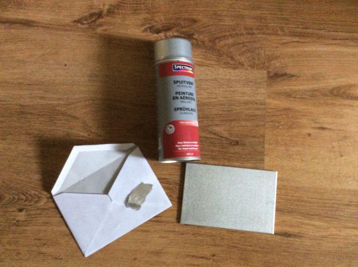Spuitverf zilver (Action) op canvas kaart en stukje krant.