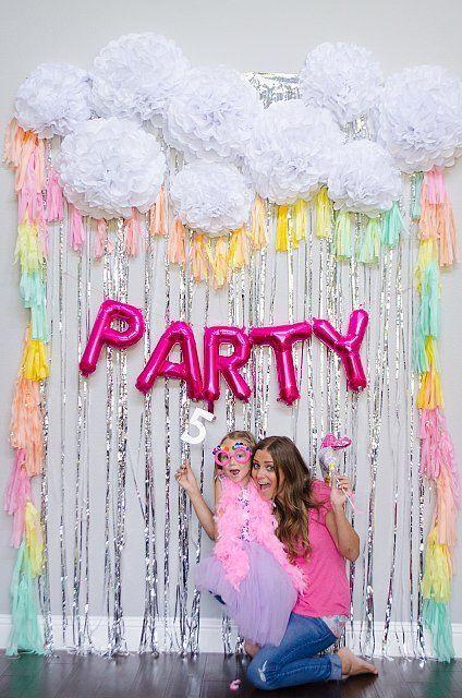 Fondo con letras de globos metalizados de fiesta, sencillo y súper decorativo. #DecoracionGlobos: http://www.popsugar.com/moms/Unicorn-Fifth-Birthday-Party-37957620?crlt.pid=camp.KFQ9jMojsin6&utm_content=bufferde2b3&utm_medium=social&utm_source=pinterest.com&utm_campaign=buffer