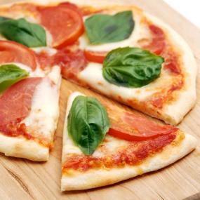 シンプルな材料で生地から手作りの薄焼きピッツァは、窯焼き風に皮がパリッと焼き上がります。 ピザストーンを使って焼くと、より本格的な薄焼きピッツァの食感と香ばしさをお楽しみいただけますよ。