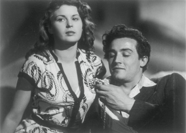 "Silvana Mangano e Vittorio Gassman in ""Riso amaro""."
