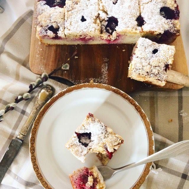 Domdladuszy- bezglutenowe przepisy: Maślane ciasto z truskawkami i obłędną kruszonką.