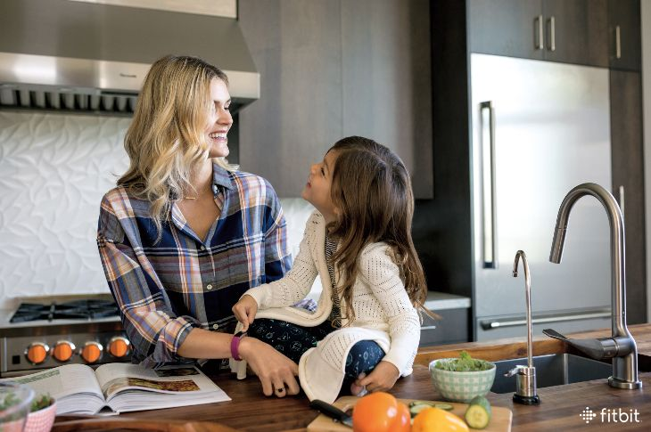 7 Helpful Fitbit Features All Busy Moms Need