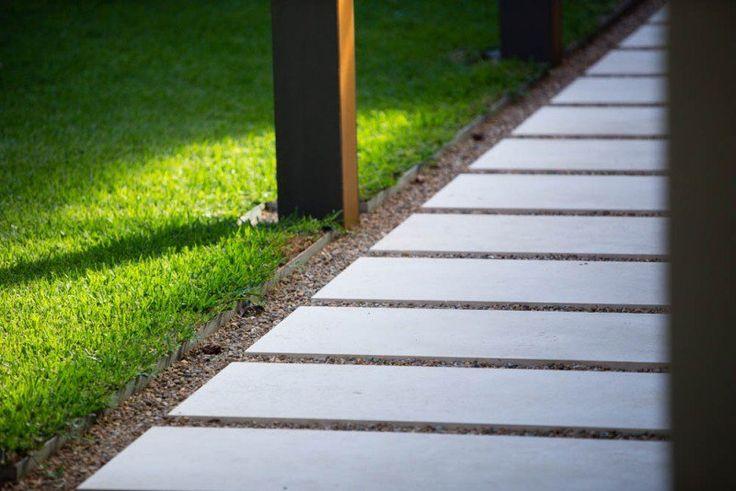 allée de jardin en dalles de béton et  gravier décoratif