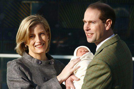 Принц Эдвард , граф Уэссекский, и София, графиня Уэссекская с дочерью Луизой. Принц Эдвард - четвертый ребенок королевы Елизаветы II. 2003.