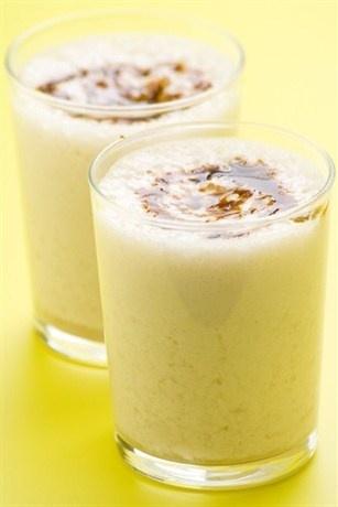 Бананово-карамельный милкшейк с карамельным соусом
