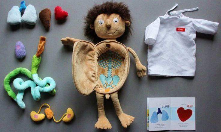 Mały pacjent Ervin - pluszowa zabawka w szpitalnym kaftaniku z bogatym wnętrzem, pełnym przytulankowych narządów łączonych na rzepy <3