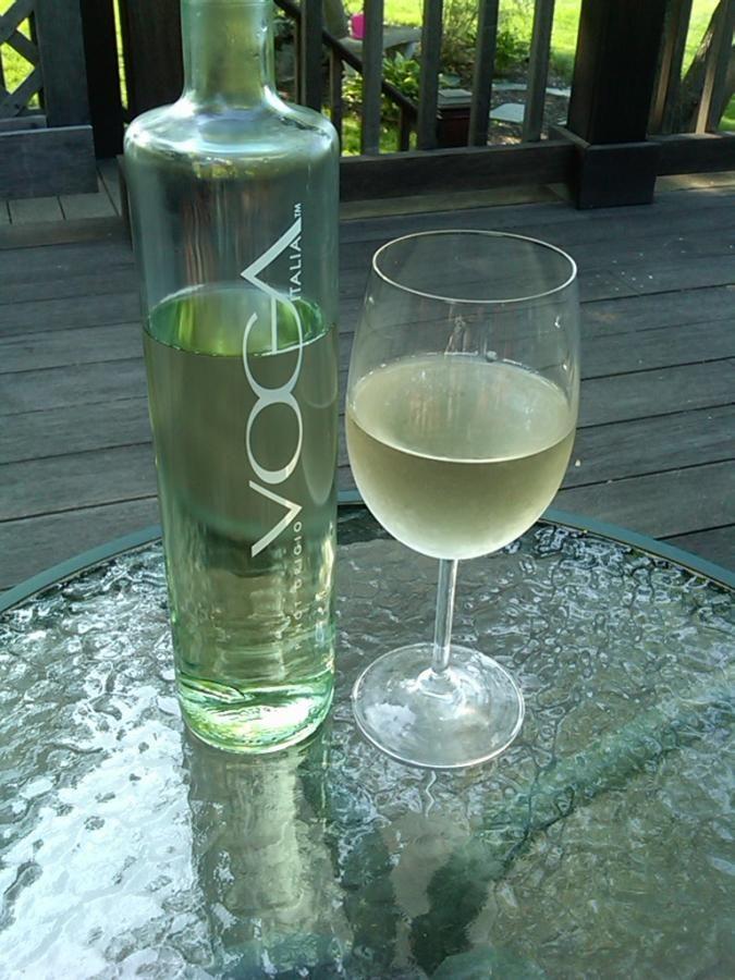 VOGA PINOT GRIGIO - D'une apparence élégante au goût même! Un vin blanc de couleur jaune pâle clair. Des notes florales et fruitées. Il possède une belle et bonne acidité rafraîchissante qui laisse percevoir des saveurs de poire et de melon miel. Sa texture est plutôt mince et précède une finale légèrement soutenue. La température de service se situe entre 8°C &: 10°C / Degré d'alcool 12,0 %