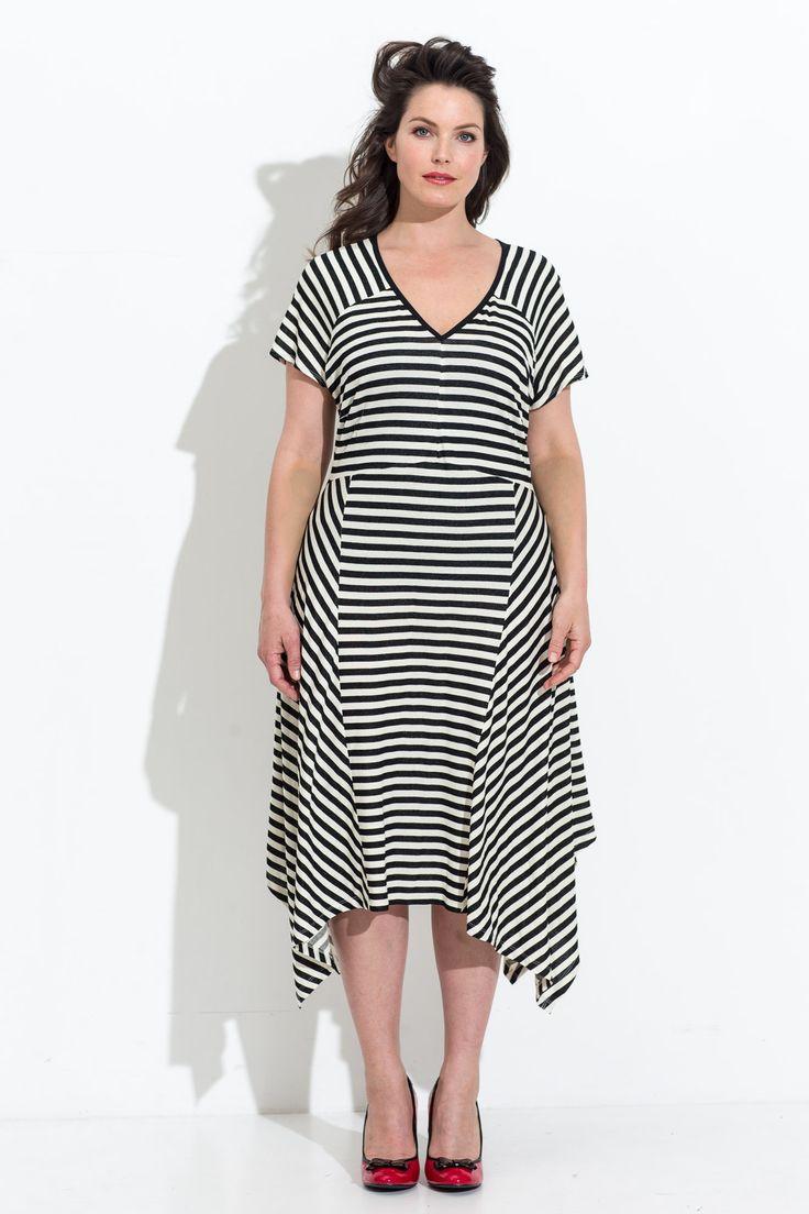 Speciaal model dat iets extra's krijgt door de gestreepte tricot in verschillende richtingen te gebruiken. De jurk heeft horizontale raglanmouwen en een rokdeel dat is opgebouwd uit een middenstuk met geometrische panden.  Bestel je dit patroon, dan ontvang je ook het patroon KM1708-18 jurk en KM1708-20 rok er gratis bij!    LET OP! Een pdf-patroon print je zelf thuis uit! Wil je het patroon liever per post ontvangen, kies dan voor postpatroon.
