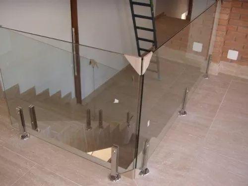 torre em aço inox 304 para corrimão e guarda corpo de vidro.