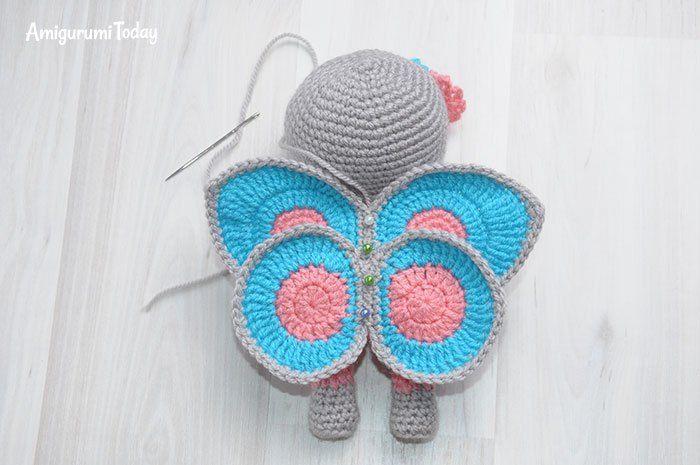 Muñeca de ganchillo en vestido de mariposa - patrón libre