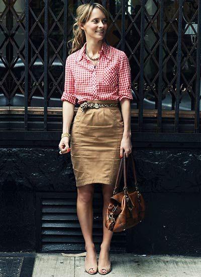ピンクギンガムチェックシャツ×ベージュスカートのコーデ(レディース)海外スナップ | MILANDA