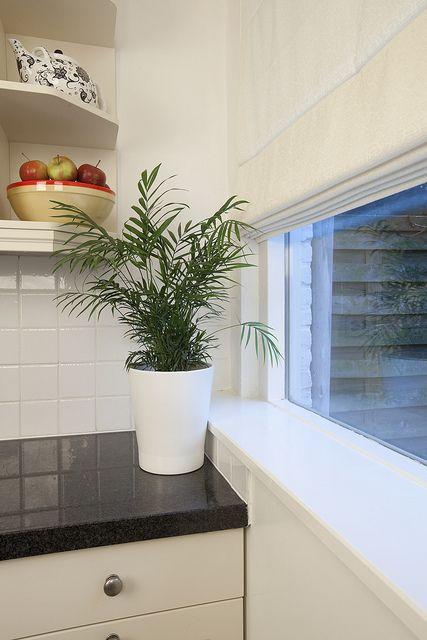 Maak elke ruimte gezellig door de optimale lichtinval te regelen! Deze vouwgordijnen van Veneta zijn geïnstalleerd in de keuken.