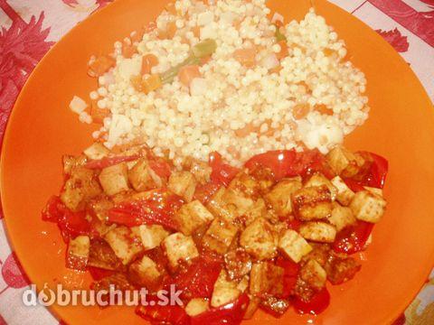Sójové tofu na paradajkách. -  Nakrájame tofu na malé kocky a polejeme sójovou omáčkou. Na panvici rozohrejeme olej a vhodíme tofu...