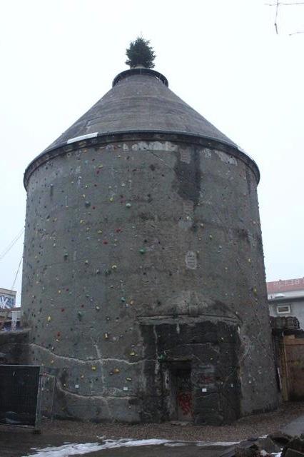 ARCHITECTUUR - Een oude toren in Cassiopeia wordt nu gebruikt als klimmuur.
