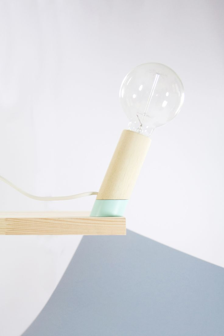 Lámpara Slant, de madera de balsa o ayous y hierro.  Iron&wood - desk lamp - wood lamp - lámpara de madera