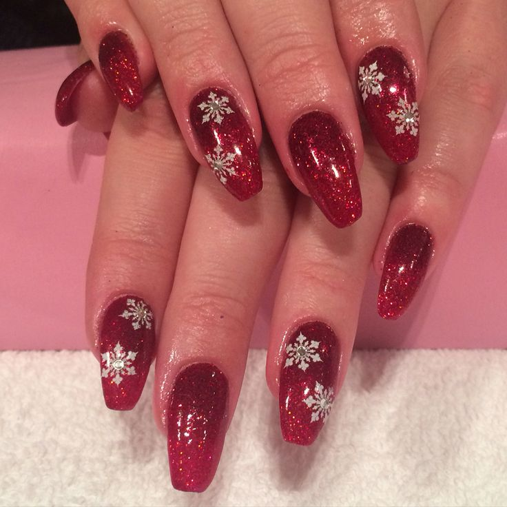 Coffin shaped acrylic nails with red ombré glitter shellac done by Trine Fajardo at California Nails & Beauty Lounge #californianails #beautylounge #christmas #christmasnails #nails #negler #naglar #acrylicnails #shellac #nailart #jul #julenegler #cnd #opi #red #glitter #snowflakes #candycanes #gold #ornaments #redcup #starbucks #red #christmasornaments