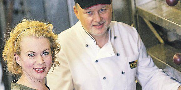 Gerlinde Jänicke und Torsten Schnell schieben die Dinkel-Ostereier in den Ofen.
