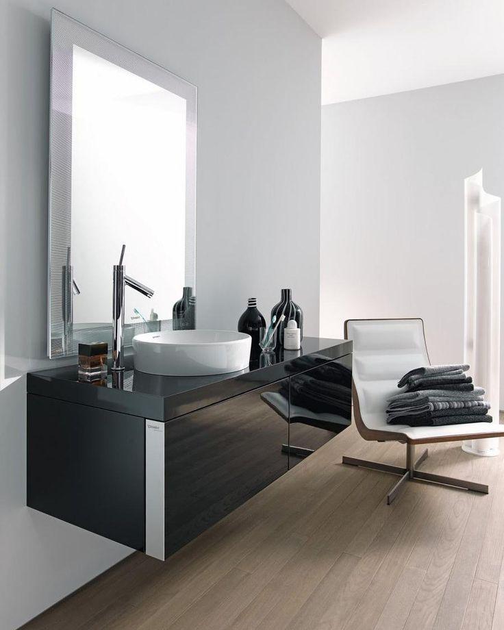 Elegant med sort på badet Produktene på bildet er fra Duravit den sorte skjønnheten tilhører Starck Gloss serien #rørkjøp . Vi skreddersyr badet ditt! Ta en uforpliktende baderomsprat med oss eller bestill gratis befaring fra en av våre 392 rørleggerbedrifter