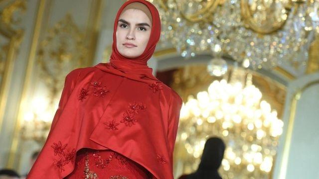 ابنة الرئيس الشيشاني عارضة أزياء في باريس البيان المصدر أ ف ب التاريخ 26 فبراير 2020 قدمت عائشة قديروفا ابنة الرئيس الشيشاني رمضان قديروف Fashion Hijab