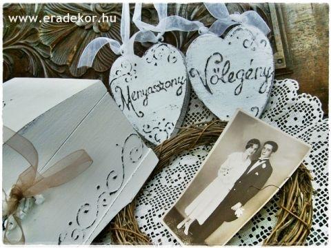 Rusztikus festett fa szívek Menyasszony és Vőlegény feliratokkal. Fotó azonosító: ESKSZIVEK01
