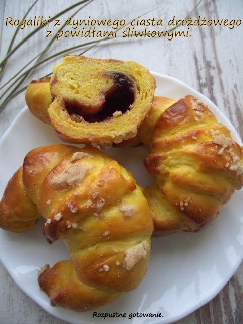 Rozpustne gotowanie: Rogaliki z dyniowego ciasta drożdżowego z powidłami śliwkowymi.
