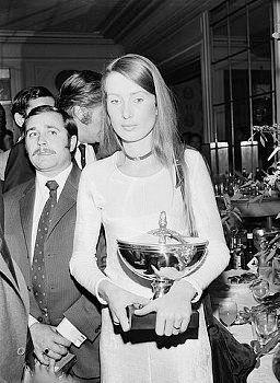 Nina Rindt taking Jochen's Trophy for the F1 World Championship 1970