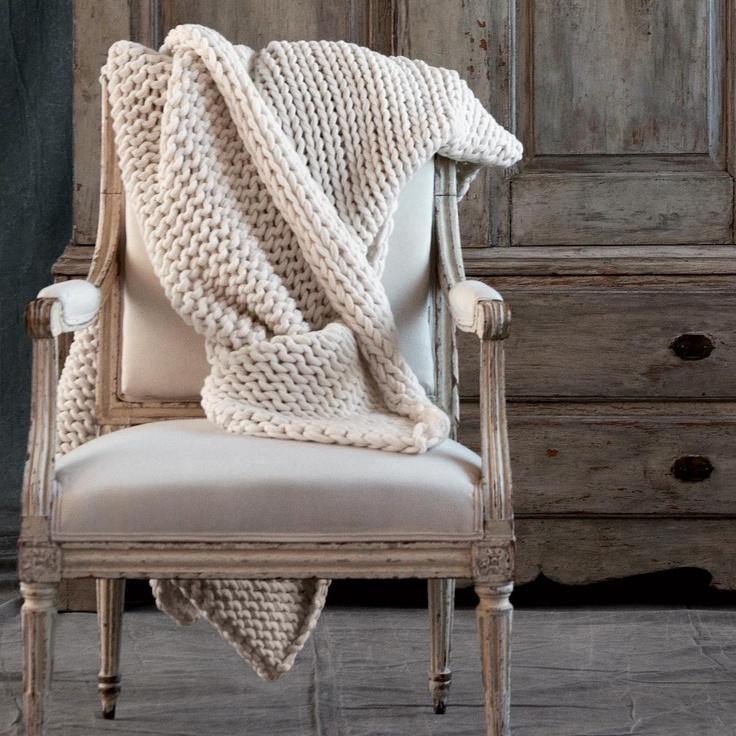 Een pareltje in de collectie van Fijn, deze grof gebreide plaid van lamswol. Met de natuurlijke kleur ivoor past deze plaid bij elk interieur.