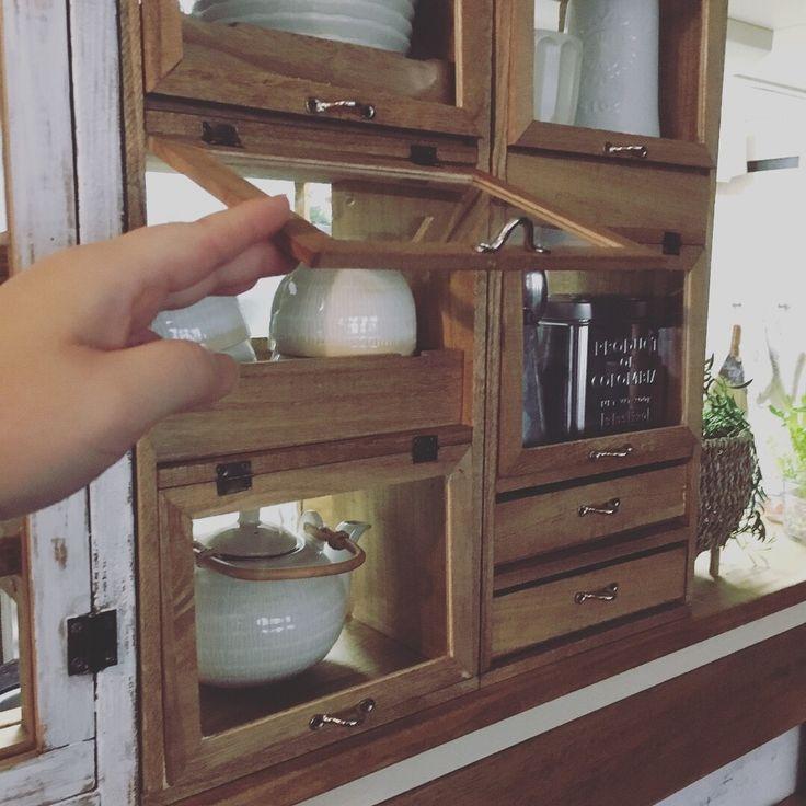 今回は 全て…セリアのものを使って(*´꒳`*) キッチンに 簡単便利で可愛い パタパタ3枚扉の収納を作ってみました✨ 今回も✨ズボラならではのアイデアも入っていますよ〜〜(੭ु´͈ ᐜ `͈)੭ु⁾⁾